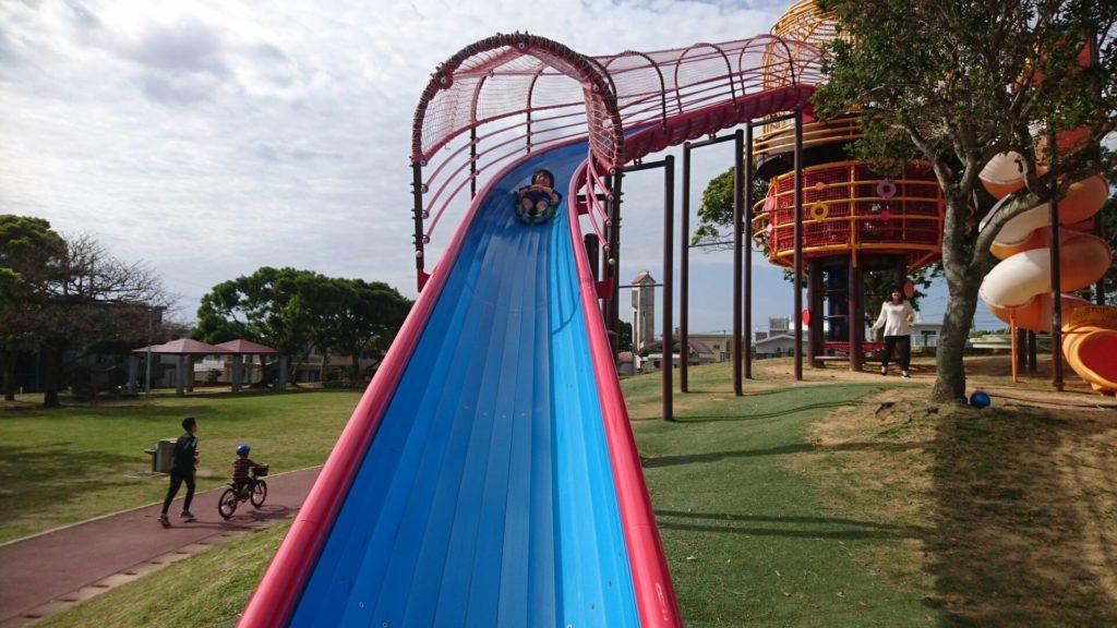 沖縄市山内公園の大型すべり台
