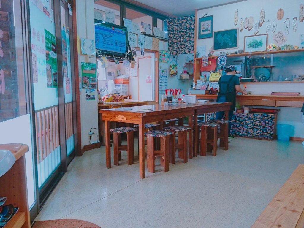 沖縄市泡瀬米八そばのテーブル席