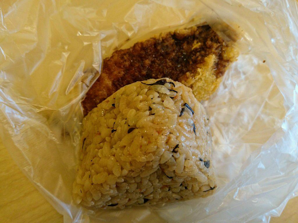 沖縄市美里上間天ぷらのササミカツとおにぎり