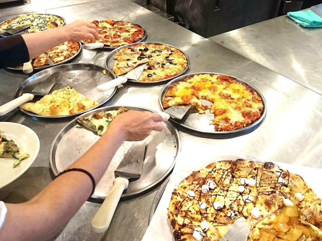 沖縄市久保田プラザハウスシェーキーズのピザ