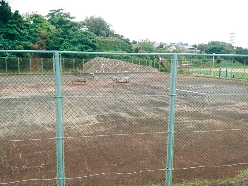 沖縄市園田の諸見里公園のテニスコート