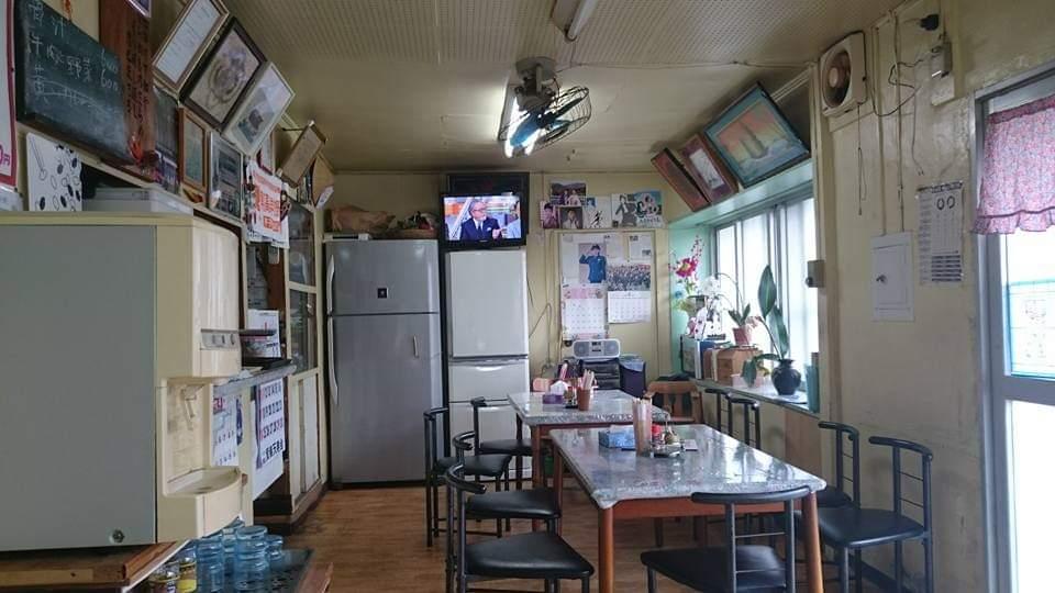 沖縄市平和食堂の店内