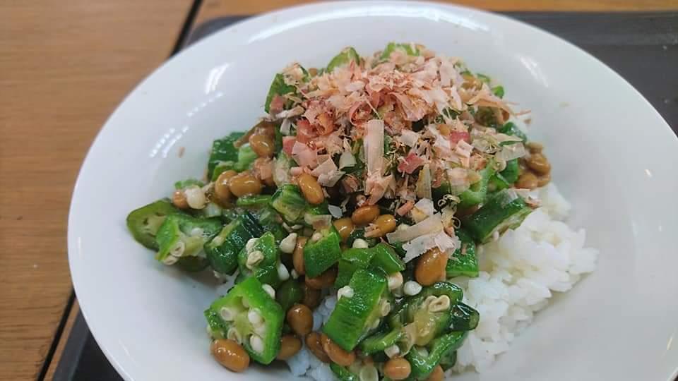 沖縄市カフェLoungeぐれいすおくら納豆丼