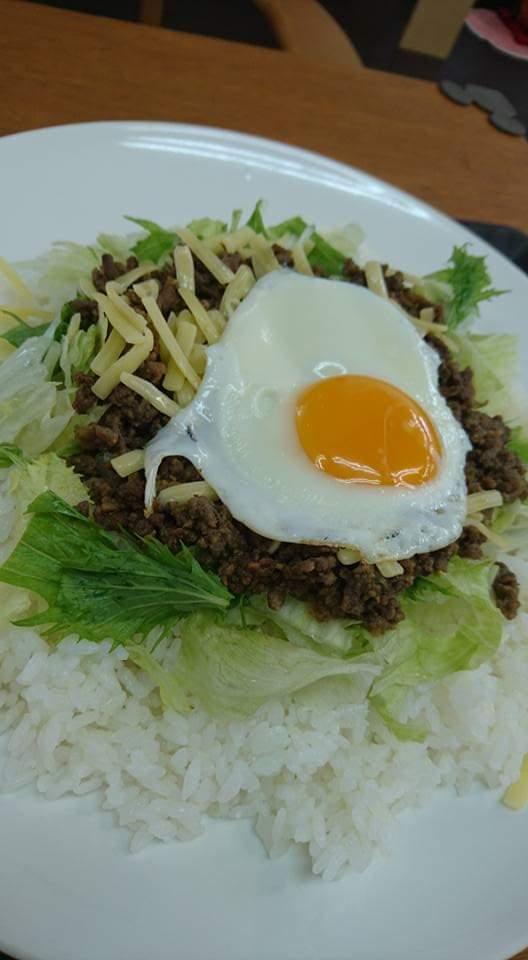 沖縄市胡屋カフェLoungeぐれいすタコライス