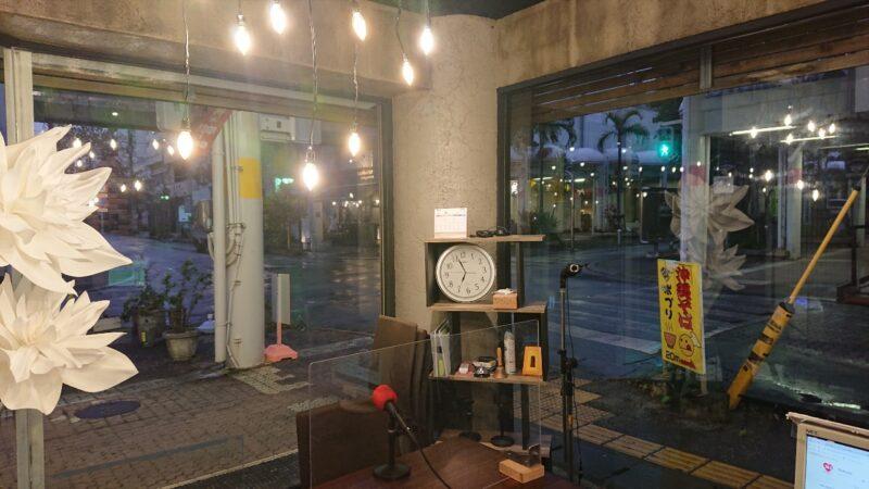 FMコザ沖縄市中央の内観