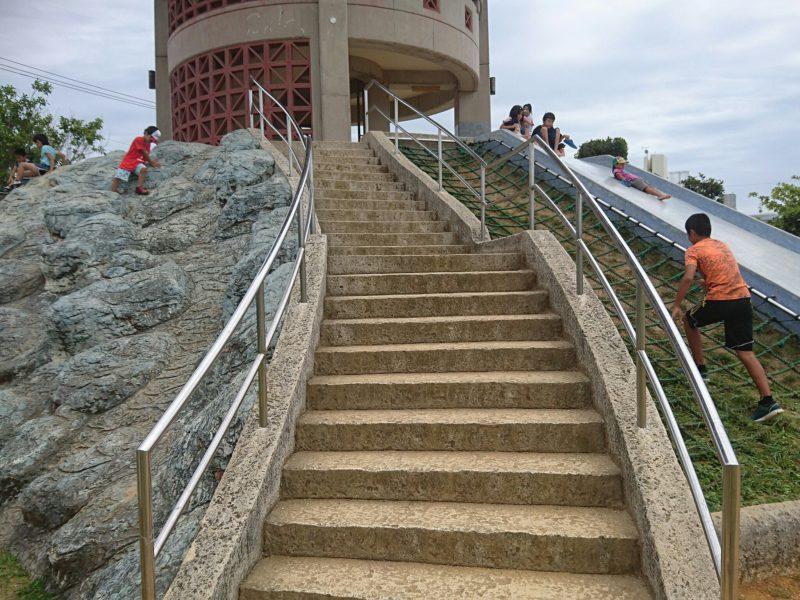 沖縄市海邦マンタ公園の大型滑り台