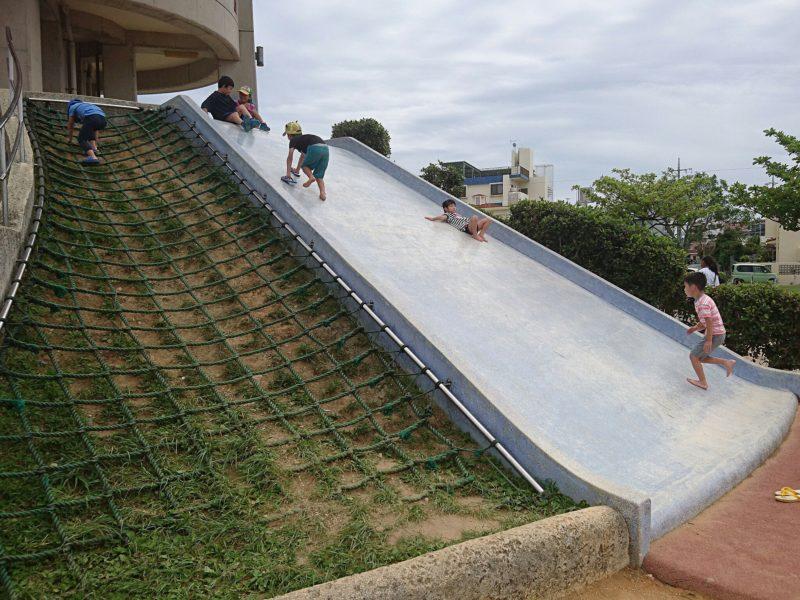 沖縄市海邦マンタ公園の滑り台