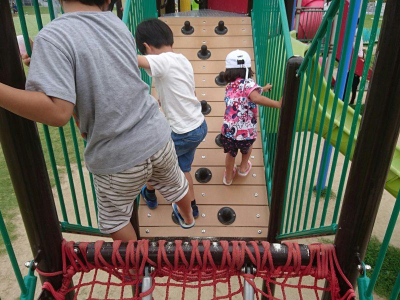 沖縄市高原の美東公園の遊具