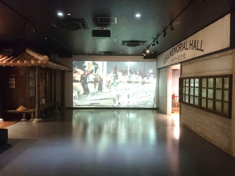 沖縄市上地コザミュージックタウン内エイサー会館の大型スクリーン