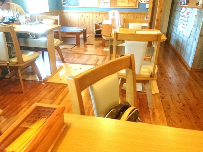 沖縄市古謝むかいやのテーブル席