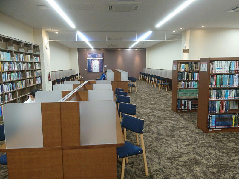 沖縄市中央沖縄市立図書館のレファレンスコーナー