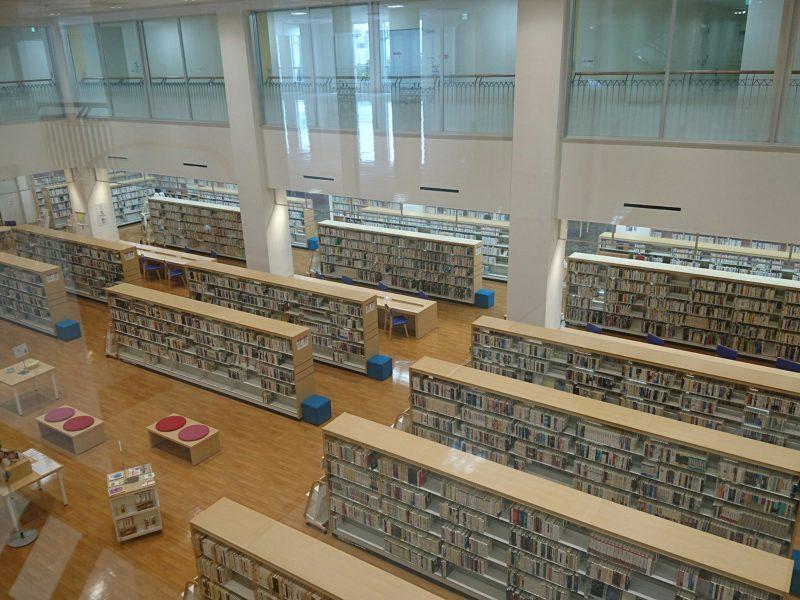 沖縄市中央沖縄市立図書館の一般図書コーナー