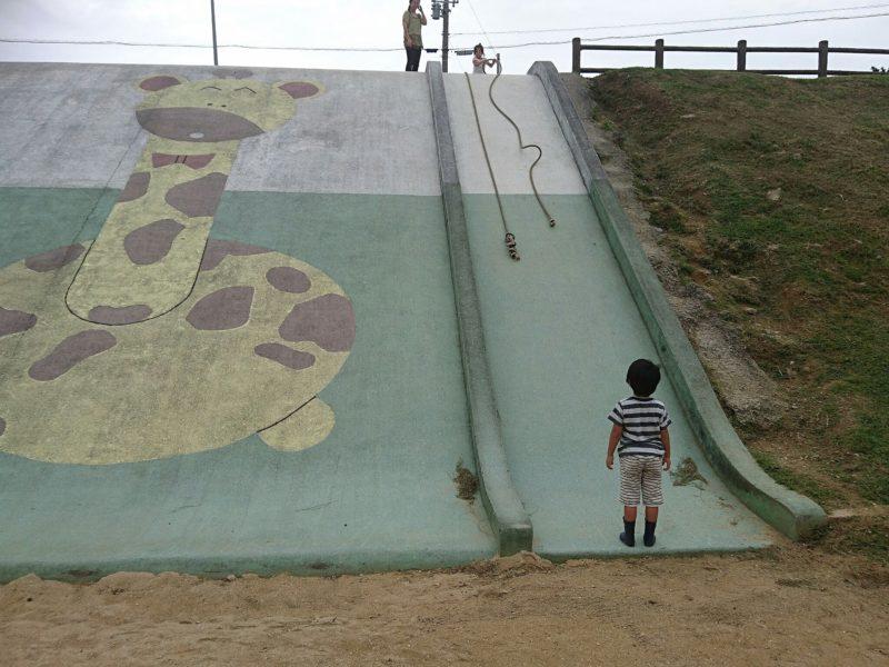 沖縄市諸見里コザ運動公園アスレチック広場の大型すべり台