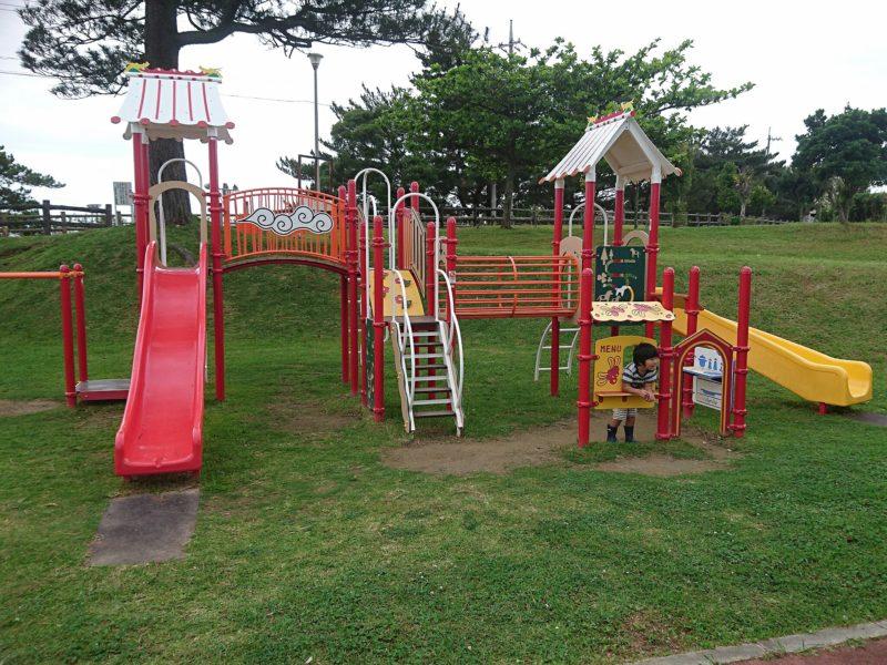 沖縄市諸見里コザ運動公園アスレチック広場の遊具
