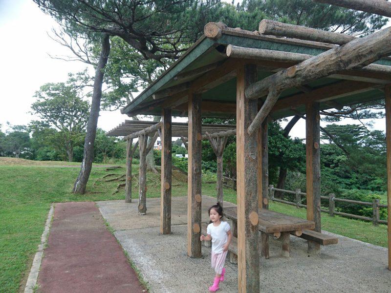 沖縄市諸見里コザ運動公園アスレチック広場のあずまや