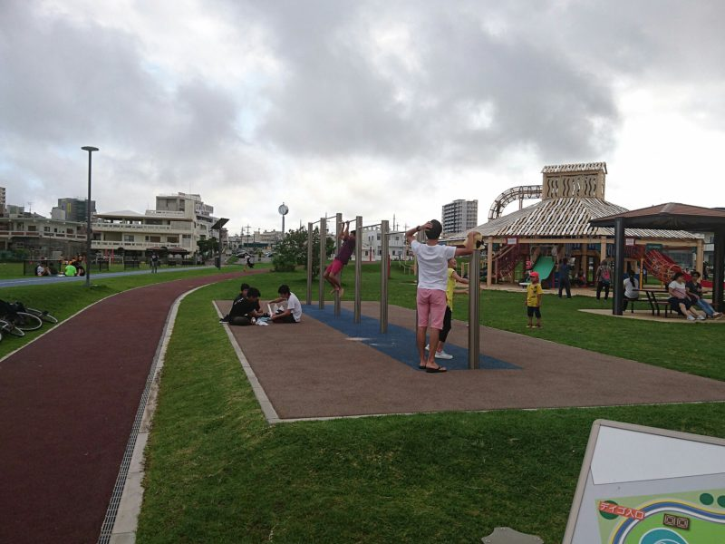 沖縄市東若夏公園の鉄棒