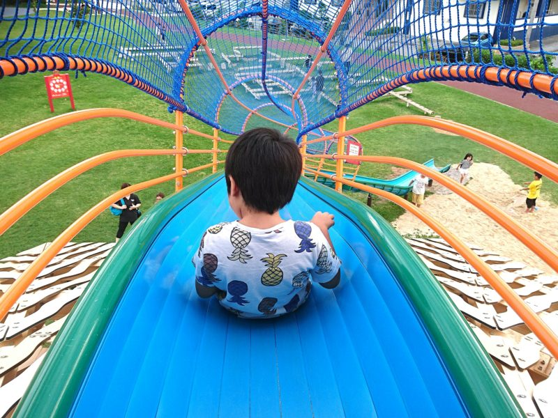 沖縄市若夏公園の大型すべり台