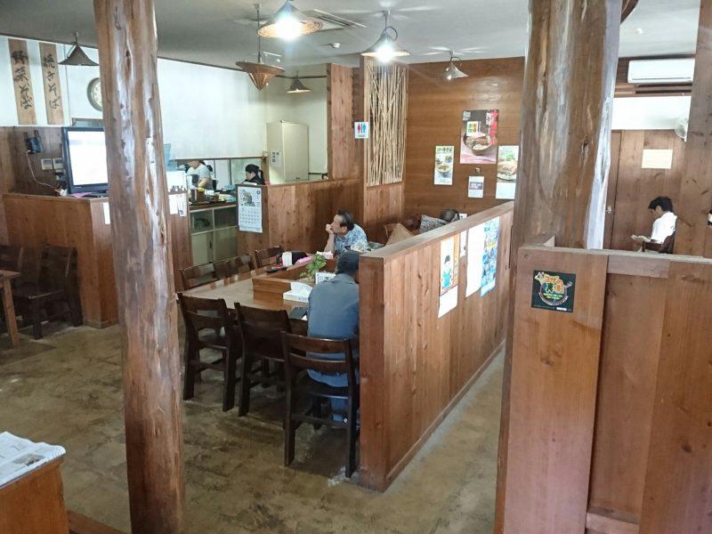 沖縄市高原又吉そばのテーブル席