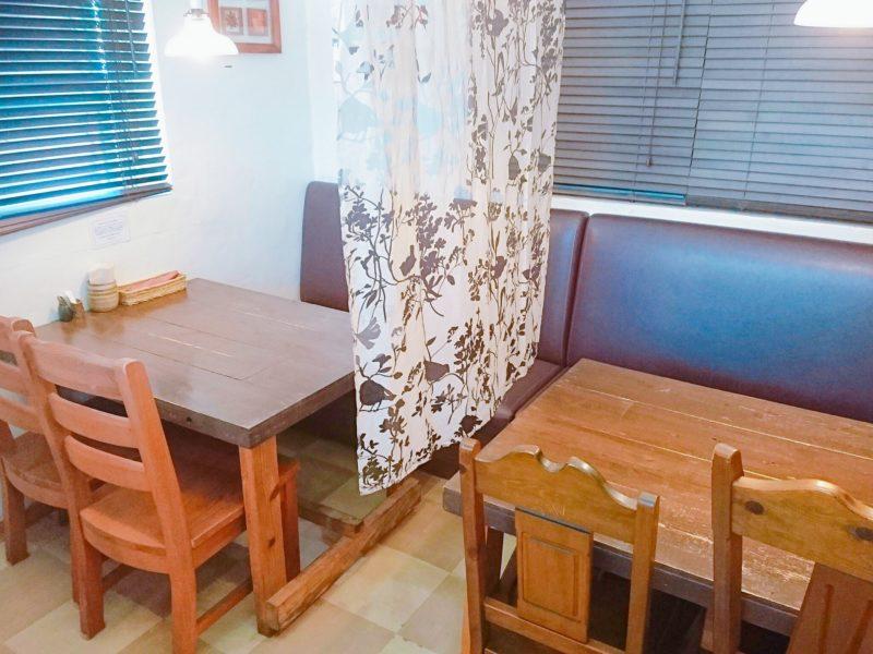 沖縄市バードランドカフェのテーブル