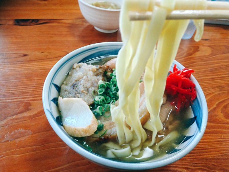 沖縄市高原泡瀬アワセそばの平麺
