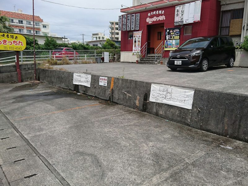 沖縄市胡屋Cafeかふーしの駐車場