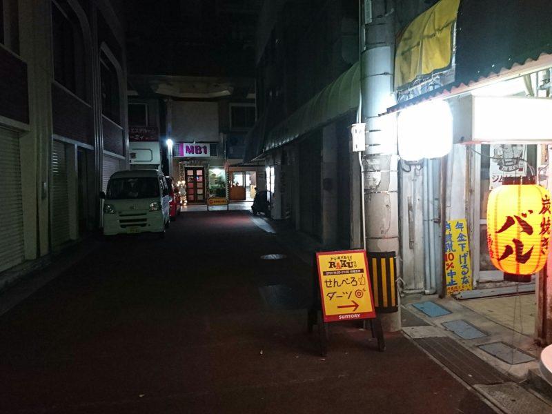 酒バルRAKU沖縄市中央の駐車場