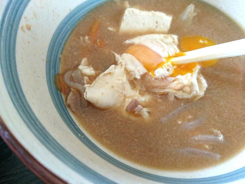 沖縄市安慶田栄食堂の味噌汁の卵