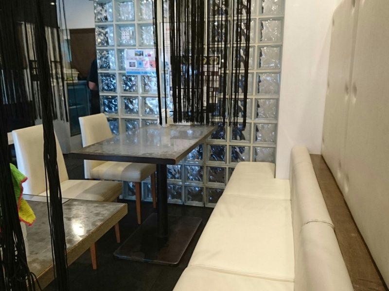 鶏だし工房Garyu-ya(がりゅうや)沖縄市泡瀬のテーブル席