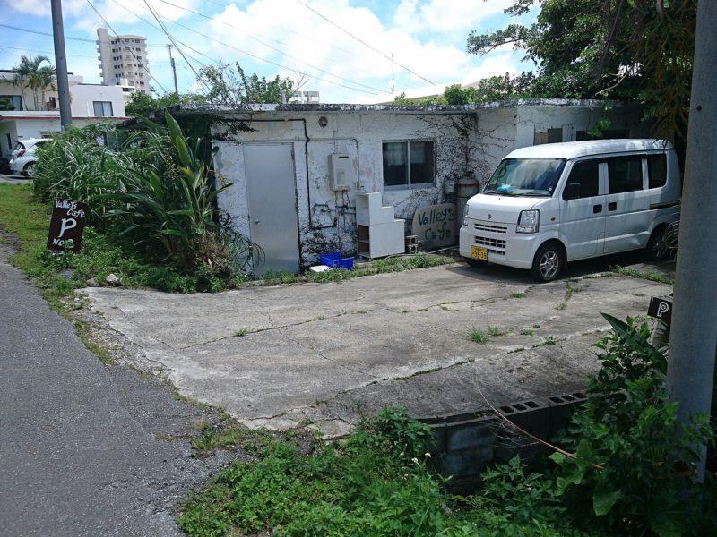 沖縄市与儀バレイズカフェ駐車場