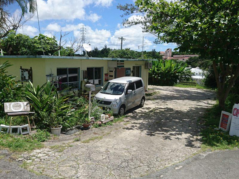 沖縄市与儀バレイズカフェの駐車場
