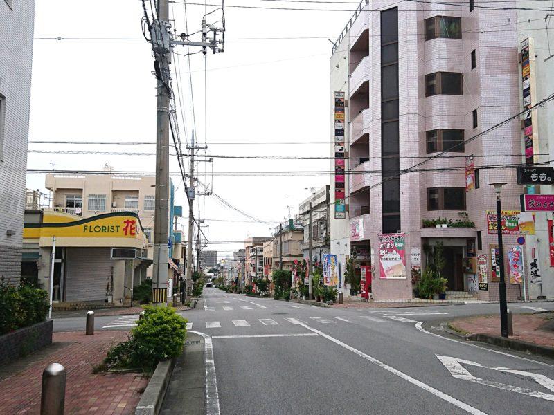 沖縄市中の町の税務署通り