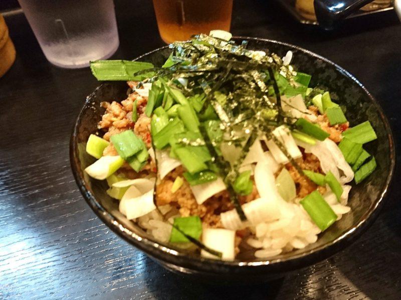 沖縄市上地中の町夜麺食堂松風のミニ台湾丼