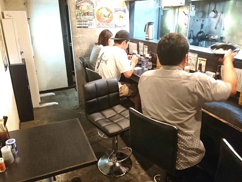 沖縄市上地中の町夜麺食堂松風の店内