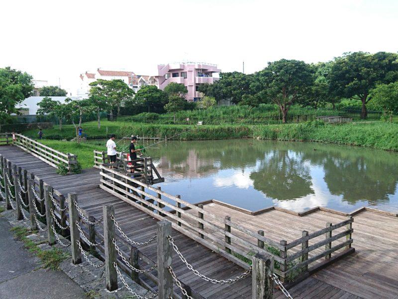 沖縄市知花白川街区公園の親水池