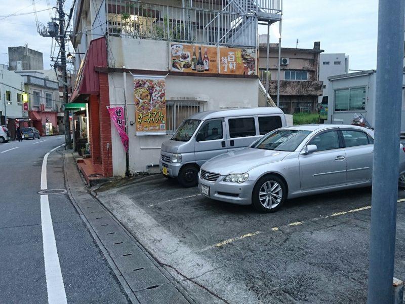沖縄市諸見百軒通りパッソの駐車場