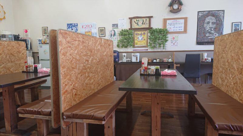 沖縄市古謝食堂びん玉のテーブル席
