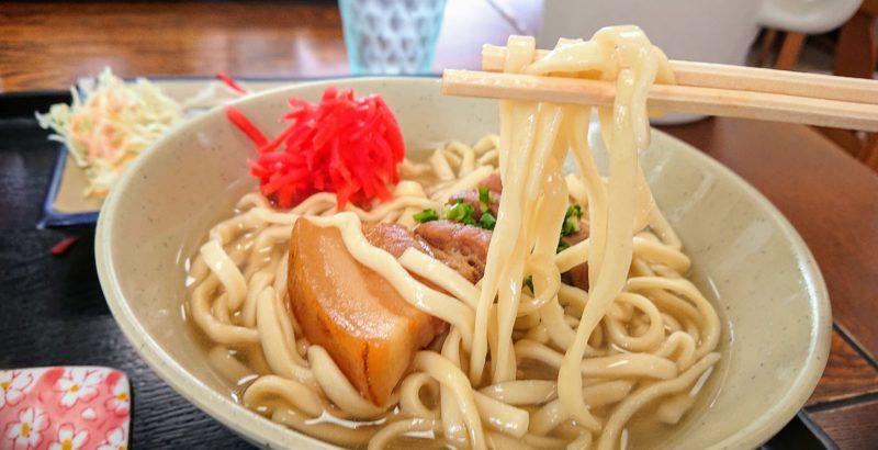 沖縄市与儀島人そばの麺