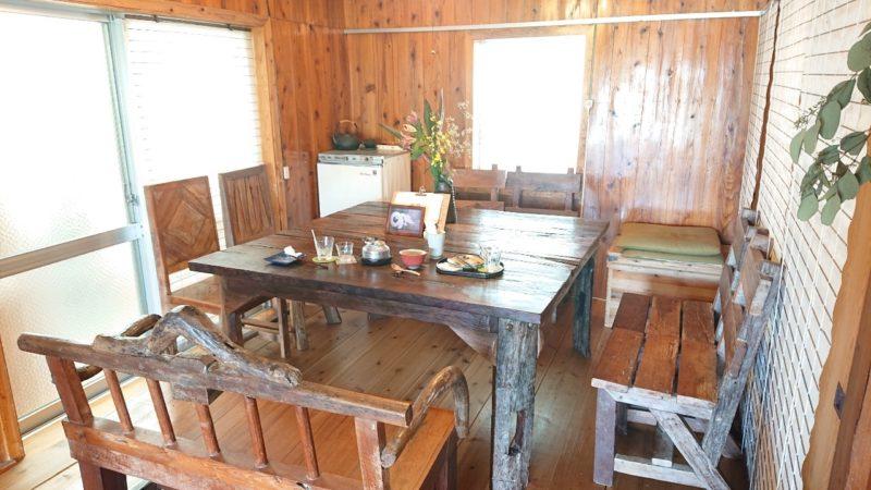 沖縄市諸見里みやび茶屋仲元のテーブル席