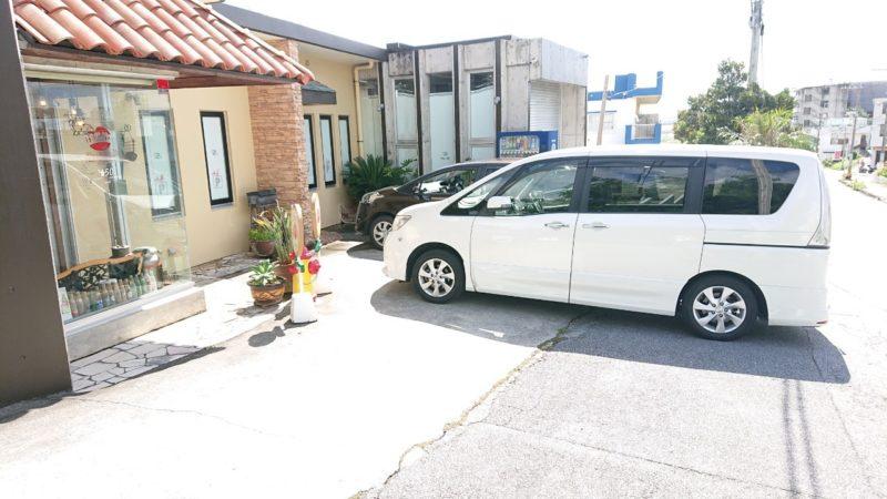 沖縄市高原なつのやの駐車場