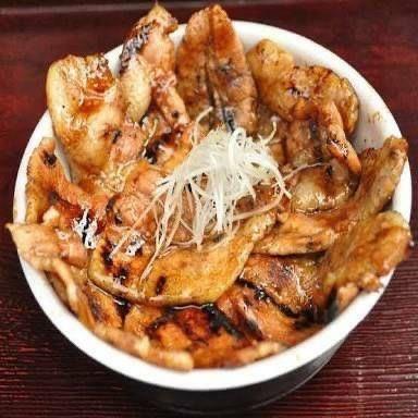沖縄市嘉間良帯広豚丼炭火焼きとんたんの豚丼