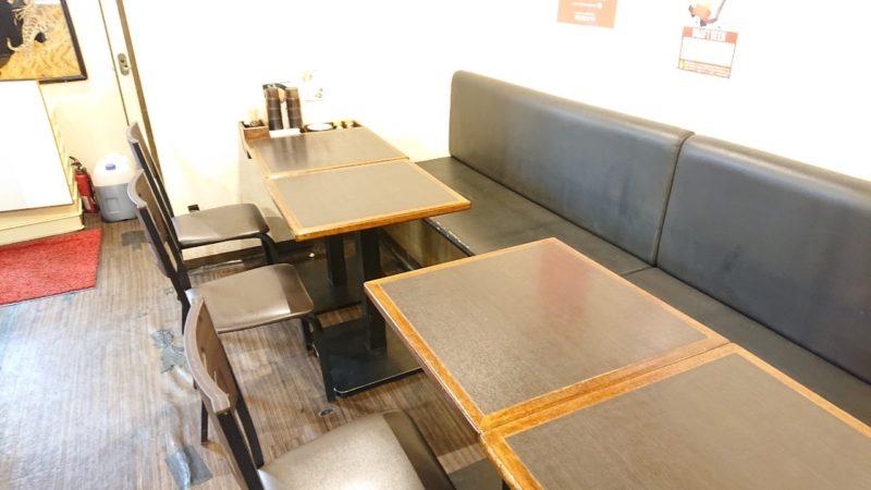麺屋武虎沖縄市泡瀬のテーブル席