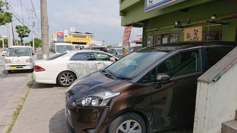 沖縄市登川ぎるー食堂の駐車場