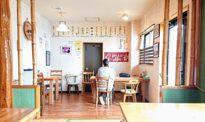 沖縄市登川ぎるー食堂の店内