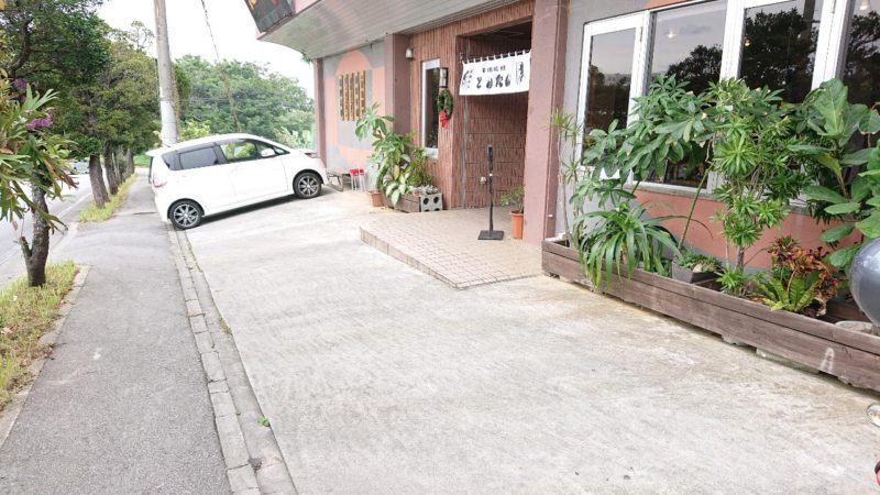 沖縄市嘉間良帯広豚丼炭火焼とんたんの駐車場