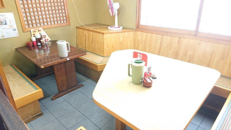 沖縄市泡瀬我部祖河そばのテーブル席