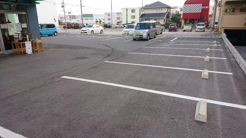 沖縄市東あがりそば(みさとのさかば)の駐車場