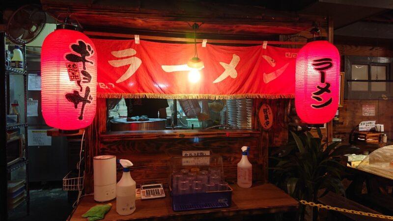 赤道ラーメン沖縄市上地中の町のカウンター