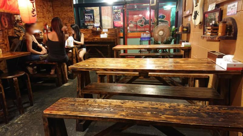 沖縄市上地中の町赤道ラーメンのテーブル席