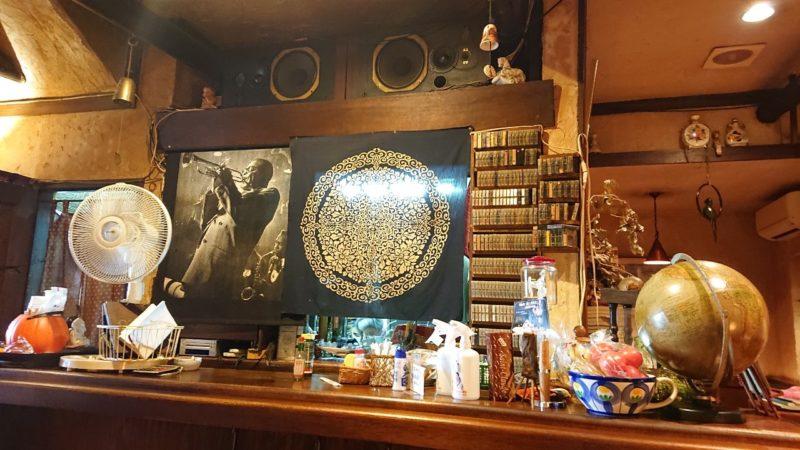 沖縄市照屋銀天街にあるジャズ喫茶六曜舎のカウンターにあるスピーカー