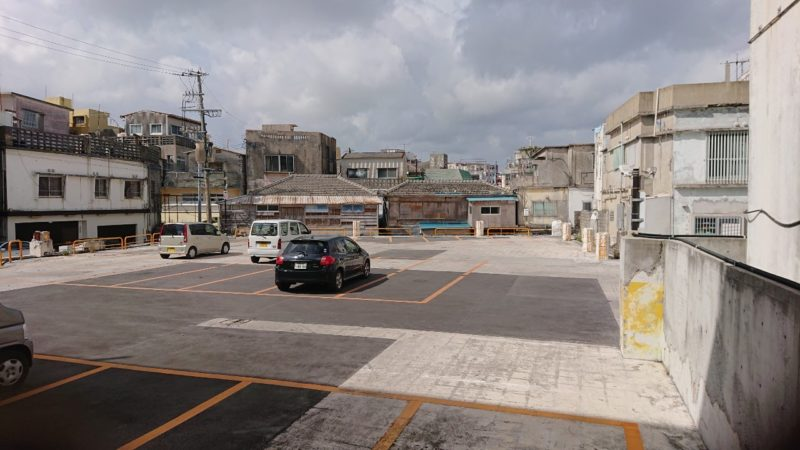 沖縄市照屋銀天街にあるジャズ喫茶六曜舎横の駐車場